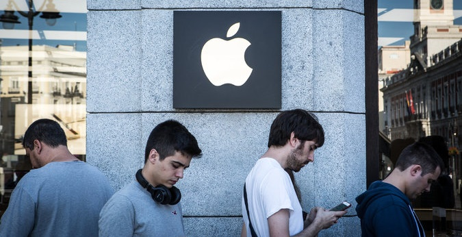 Apple Reports High Earnings but Muted Outlook